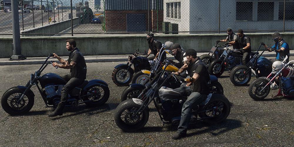 Eine Motorradgang mit 10 Spielern